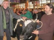 En compagnie de Vincent Thébaud, éleveur de vaches bretonnes Pie Noir (Saint-Congard). © G. Coueffard
