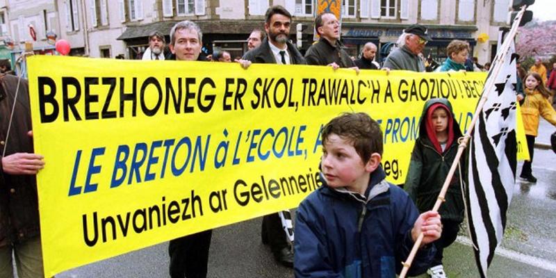 Une manifestation pour l'enseignement du Breton à l'école, le 25 mars 2001 à Quimper (MAISONNEUVE/SIPA).