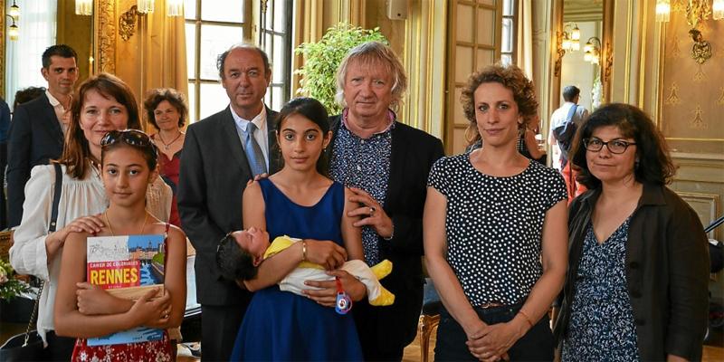 La famille Rahimov pourrait être renvoyée dans les prochains jours vers l'Italie, dans le cadre de la procédure de Dublin. Joël Labbé (au centre) et Gaëlle Rougier (à sa droite), respectivement sénateur et conseillère municipale écologistes, ont accepté de parrainer les enfants.