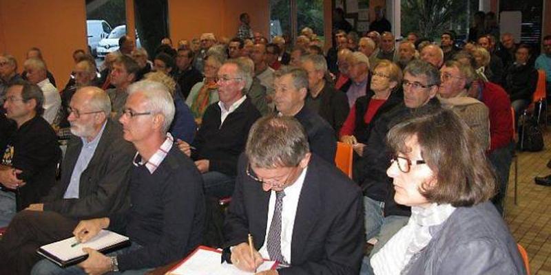 Le Mille-club a fait salle comble pour débattre des frelons asiatiques.