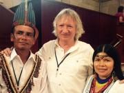 Entouré de M. Félix Santi, président de la communauté du peuple Quechua de Sarayaku en Equateur et de Patricia Gualinga porte parole